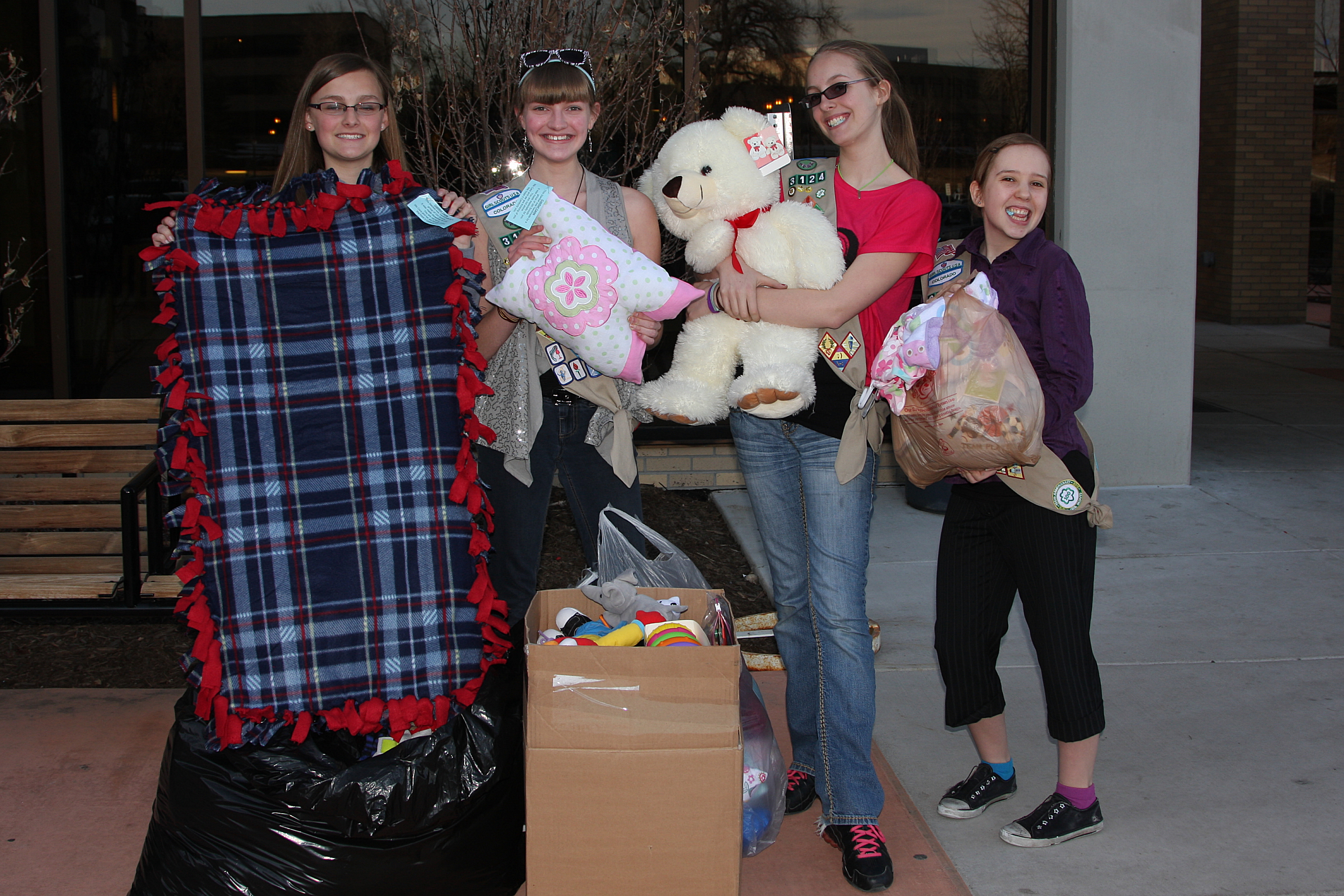 [21182]4315-luthern-girls-w-donations