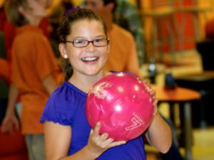 40962780_girl_bowling_pic